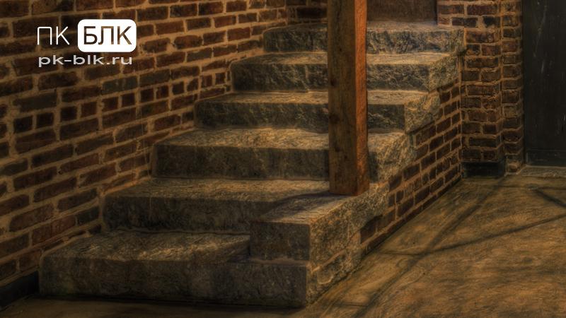 лестница в подвал отделанная диким камнем
