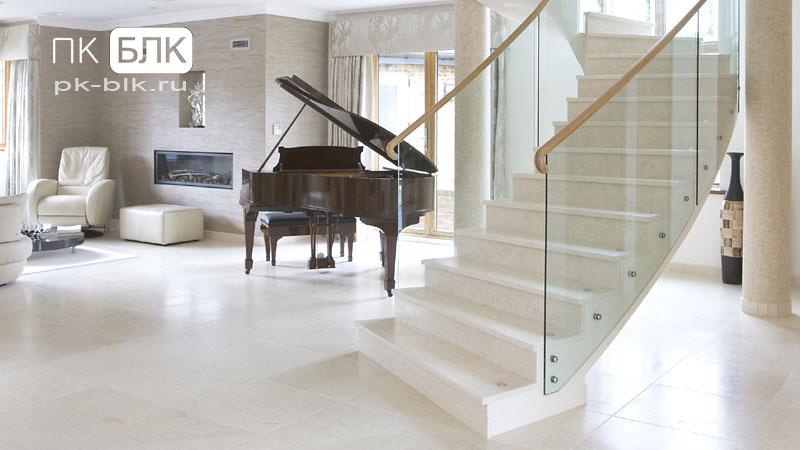 белая лестница в коттедже