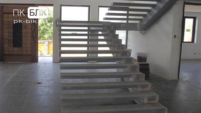 монолитная лестница на косоурах