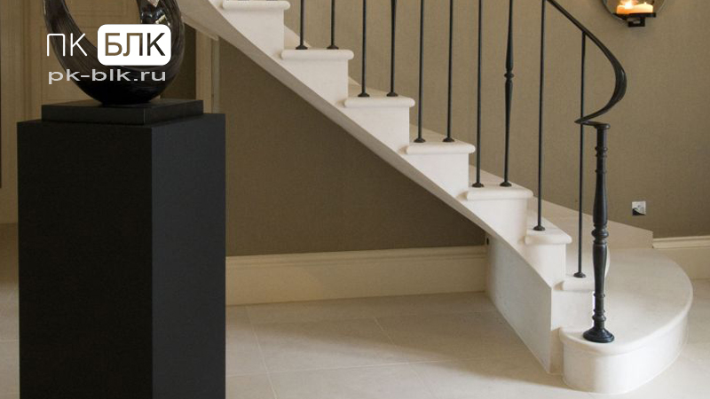 облицовка лестницы белым камнем