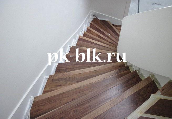 Лестница на второй этаж отделанная деревом (вид сверху)