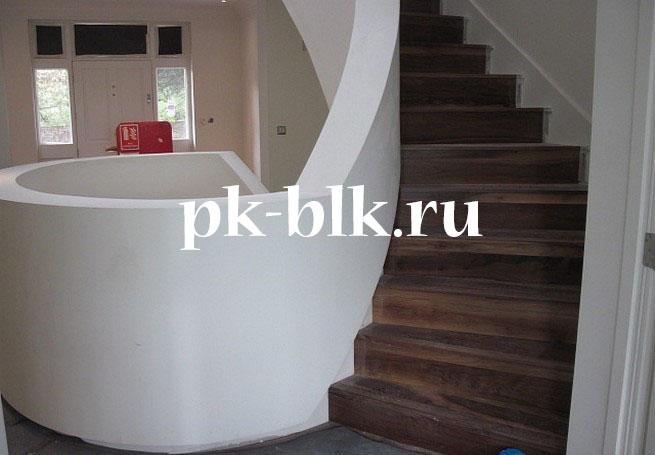 Лестница на второй этаж отделанная деревом