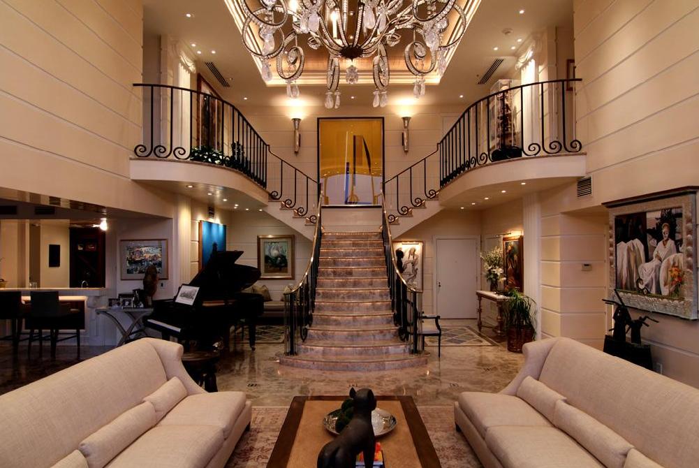 Т образная лестница в гостиной