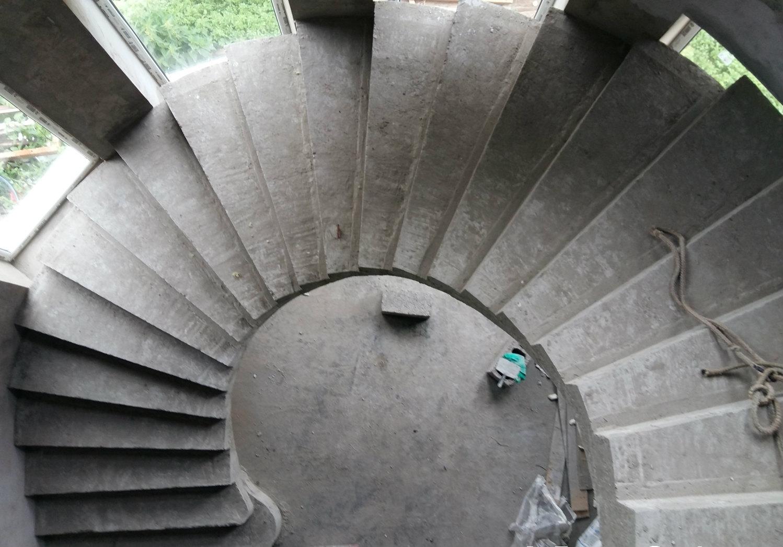 Бетонная полуоборотная лестница с забежными ступенями