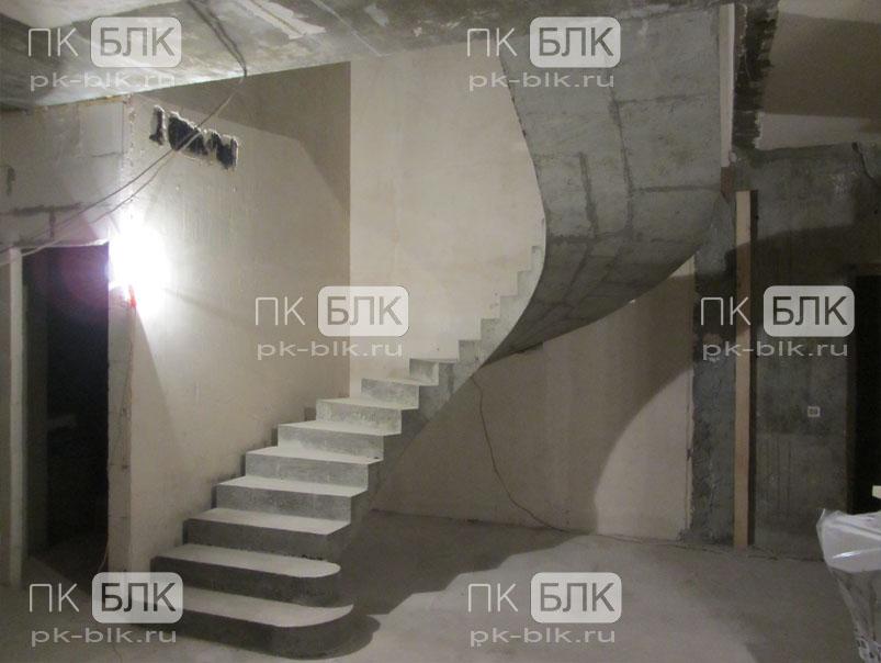 Лестница из бетона с поворотом